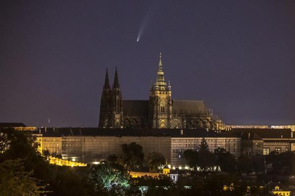 Em Praga, capital da República Tcheca, o cometa Neowise foi fotografado no momento em que passava ao fundo do Castelo de Praga, cartão postal da cidade
