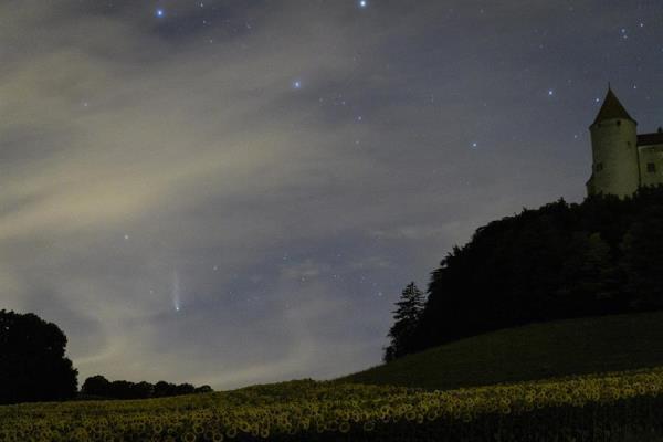 Na Suíça, o cometa foi fotografado com o céu ainda claro e com ocastelo de Champvent ao fundo