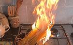 Preparem seus estômagos, pois vem aí um banquete das mais incríveis falhas culinárias da quarentena para vocês desfrutarem.Os 'erros' da cozinha podem variar desde o catastrófico, 'esqueci a panela assada no forno e agora a cozinha está pegando fogo' até o mais benigno, 'Eu acidentalmente coloquei páprica nos biscoitos em vez de canela', mas na maioria dos casos derivam da mesma coisa: distração e falta de preparação. Confira na galeria!