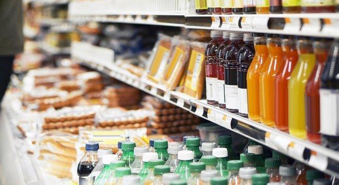 De acordo com Deram, indústria de alimentos e bebidas coloca aditivos e conservantes em excesso nos produtos vendidos no Brasil