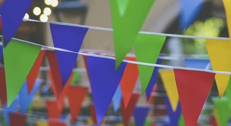 Bandeirolas são decoração típica de festa junina