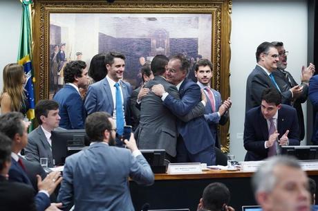 Deputados comemoram aprovação na comissão