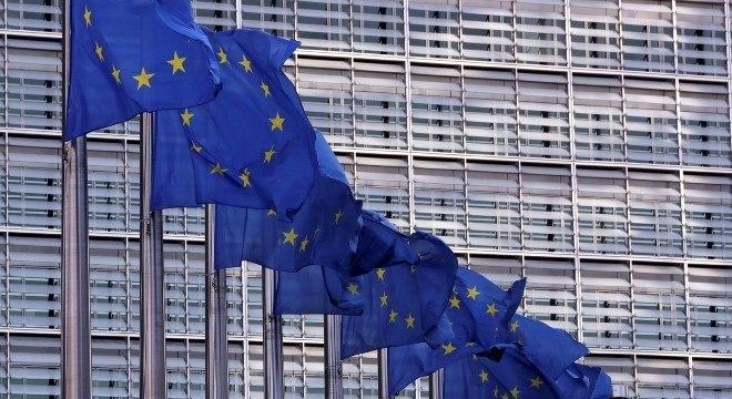 A Comissão da UE está negociando acordos para compra adiantada de vacinas