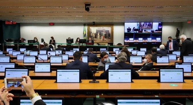 Comissão especial durante votação de parecer, que acabou rejeitado por 23 a 11