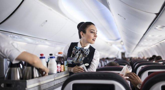 A tripulação de um voo deve manter a simpatia, mesmo diante de comportamentos abusivos de passageiros