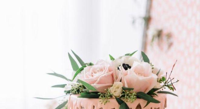 Como decorar bolo com flores reais
