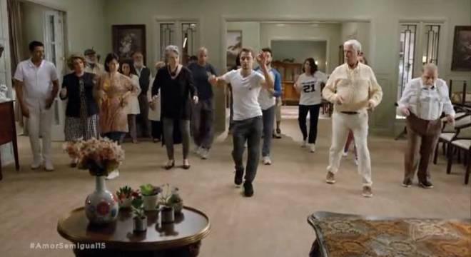 Personagens idosos têm aula de zumba na novela Amor Sem Igual