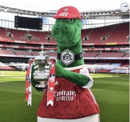 Como manobra para cortar custos, o Arsenal demitiu o funcionário Jerry Quy, responsável pela mascote Gunnersaurus há 27 anos. Mesut Ozil, meia do clube, resolveu ajudar: para tê-lo de volta, disse que pagará integralmente o salário dele enquanto for jogador dos Gunners