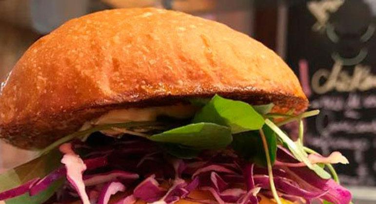 Como o próprio nome já indica, esse hambúrguer leva blend de fraldinha com pernil ou costela e ainda acompanha uma picante e saborosa maionese de jalapeño. Desenvolvido por