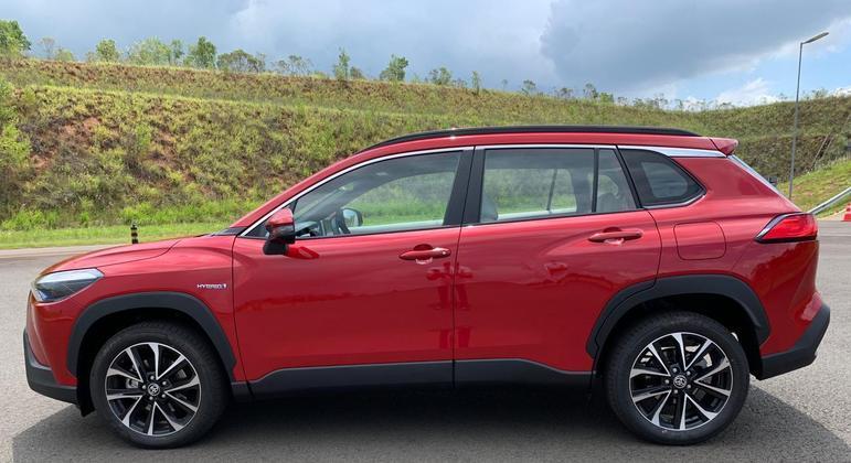 O Jeep Compass Longitude tem preço de R$ 158.990 e o Toyota Corolla Cross XRE é oferecido por R$ 165.990.