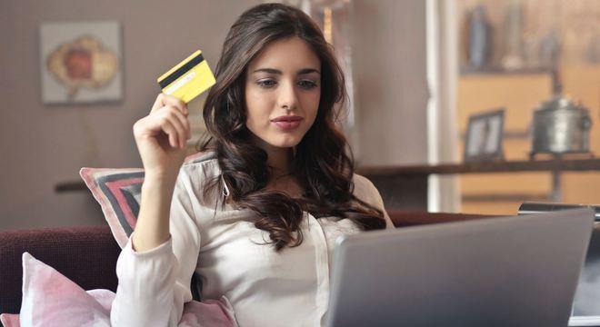 Maioria dos consumidores vai fazer compras na web ou em lojas de departamento
