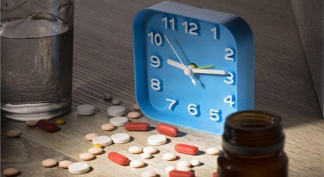 Pesquisa sugere que os comprimidos oferecem mais proteção contra ataques cardíacos e derrames quando tomados na hora de dormir — e não pela manhã