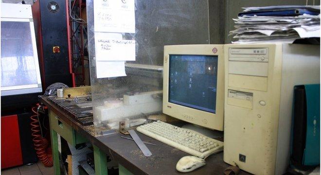 Um velho PC desktop bege rege a gravadora do nome que será inscrito na taça
