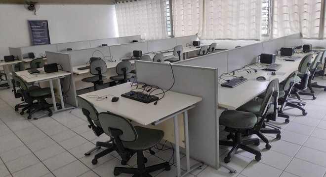Computadores eram usados em aulas de informática pelos alunos