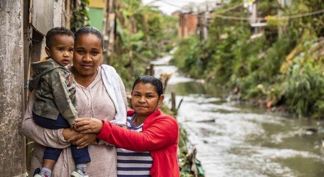 Cícera (à direita), ao lado de Kathlin, segura a mão do neto José Miguel