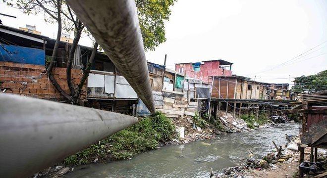 Tubos de PVC levam todo o esgoto para o rio em plena capital paulista