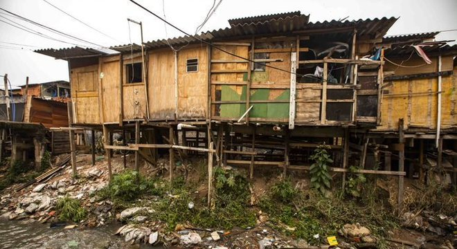 Casas se sustentam em cima de suportes de madeira