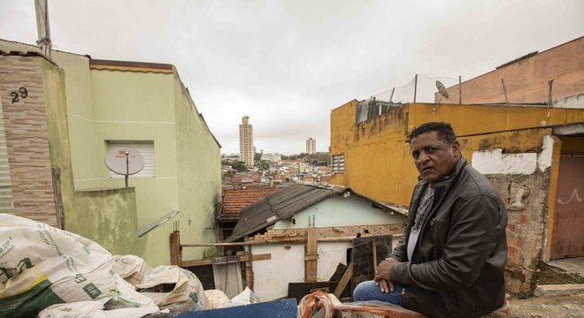 O sr. João busca solução para o desabamento de sua casa