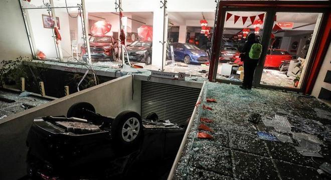 Concessionária de carros é destruída em Viña del Mar, no Chile