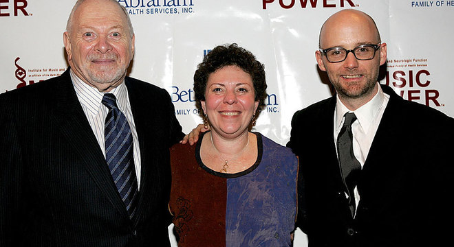 Concetta Tomaino acompanhada de Oliver Sacks e Arnold H. Goldstein, do Instituto da Música e Função Neurológica, em 2005