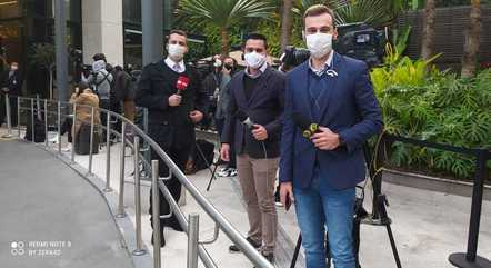 """Repórteres Anthony Wells, Lucas Carvalho e Igor Calian: """"Estamos todos no mesmo barco. Só os microfones são diferentes"""""""