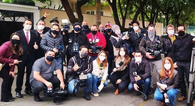 Repórteres, cinegrafistas, auxiliares e fotógrafos reunidos