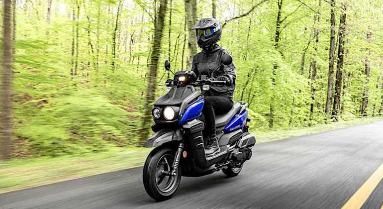 Moto tem suspensão com garfo telescópico na dianteira com 81 mm de curso