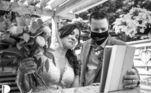 O momento de emoção dos noivos com os convidados via Zoom registrado por Lori Anne Crewe, do Canadá