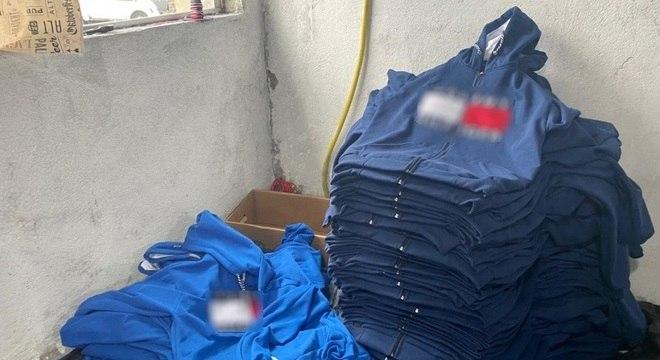 Policiais encontraram três mil peças de roupas pirateadas na fábrica clandestina