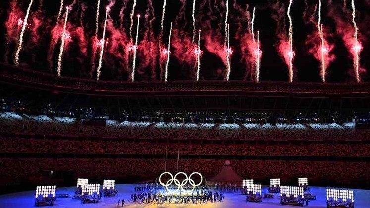Confira aqui as mais incríveis fotos da Cerimônia de Abertura dos Jogos Olímpicos de Tóquio. Abrimos com a explosão de vermelho dos fogos de artifício dando início a cerimônia.