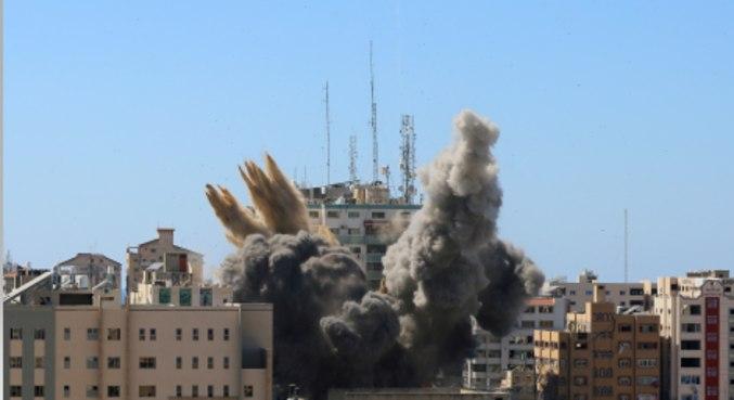 Prédio que abrigava escritórios da Al Jazeera desmorona após ataque em  Gaza