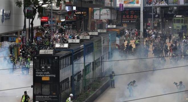 Polícia usa gás lacrimogêneo e spray de pimenta para dispersar manifestantes em Hong Kong