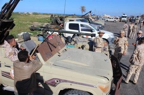 Tropas do governo se reúnem perto de Trípoli
