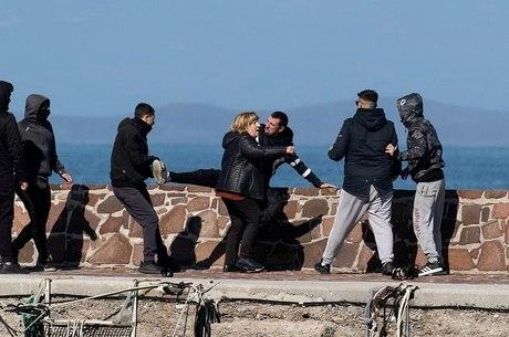 Civis gregos entram em conflito com imigrantes na fronteira