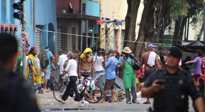 Cracolândia é marcada por confrontos entre usuários de drogas e a polícia