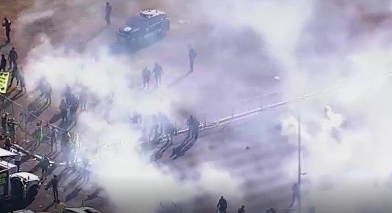 Fumaça após explosão no momento em que houve confronto entre manifestantes favoráveis ao presidente Bolsonaro e a PM