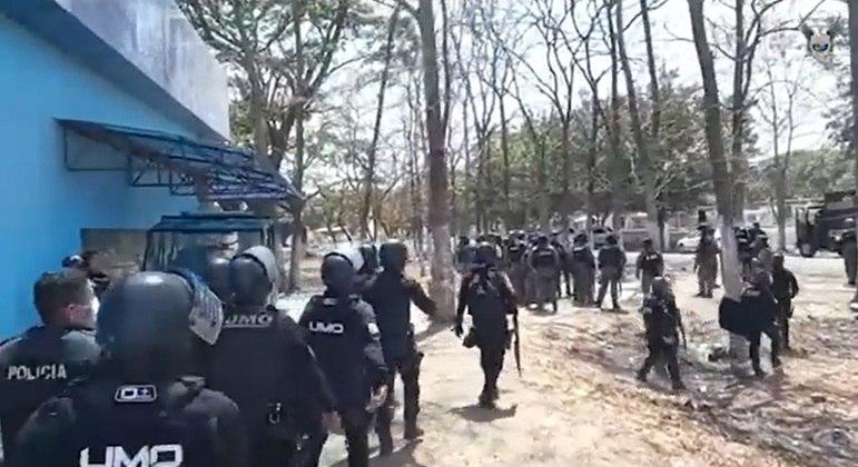 Policiais equatorianos entraram no presídio nesta terça-feira (28)