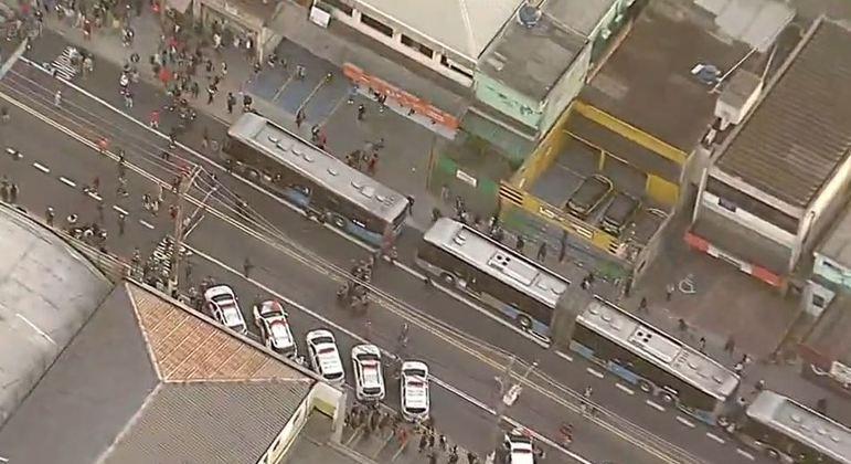 Protesto para ônibus no terminal Grajaú, na zona sul de SP, em dia de greve de trens