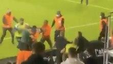 Torcedores do Olympique invadem campo para brigar com fãs rivais
