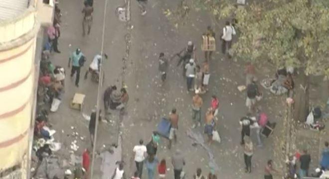 Traficantes e usuários de drogas se dispersam na chegada da polícia