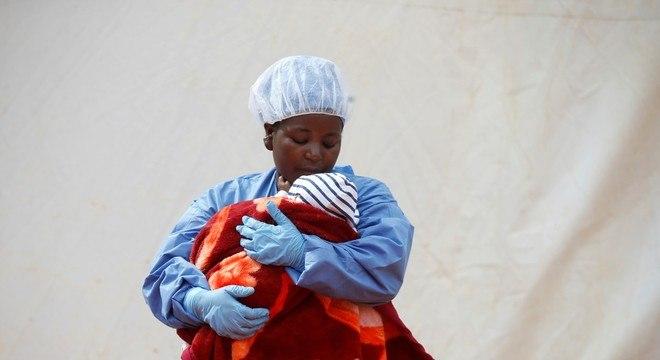 Sobrevivente do ebola ajuda a cuidar de bebês portadores do vírus no Congo