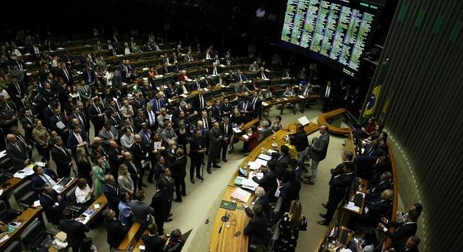 Disputa por prefeituras terá dois senadores e 70 deputados