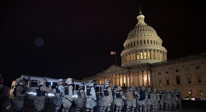 Polícia cerca o Congresso enquanto a sessão é retomada