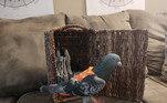 As roupinhas sãodesenhadas e feitas à mão pela artista Anastassia Fulmer, que possui 10 pombos de estimação. Repare na organização