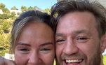 Essa pessoa éDee Devlin, namorada deMcGregor há 12 anos, a também irlandesa ficou noiva do ex-lutador. A celebração veio próxima do aniversário de seu amado. Nas redes sociais, eles anunciaram o momento com uma foto. Na legenda,