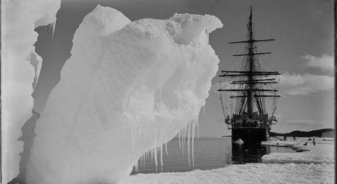 "O ""Terra Nova"", ancorado na Antártida"