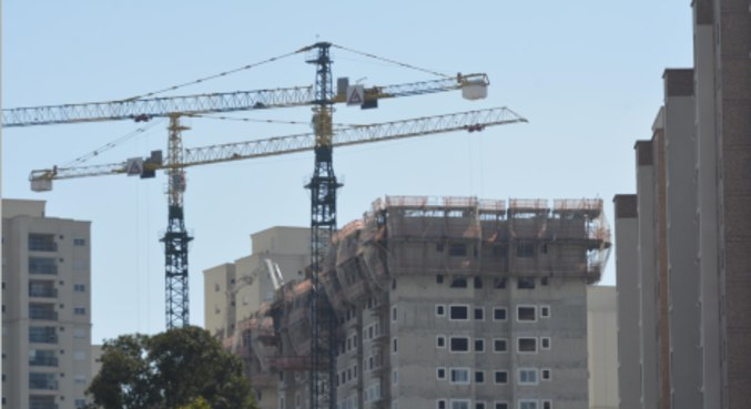 Vista de prédios em construção na cidade de Guarulhos (SP)