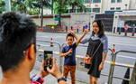 Famílias e curiosos posaram em frente ao consulado, a nova atração turística da região durante o dia de hojeVeja mais:Fechamento de consulados fragiliza ainda mais relação EUA-China