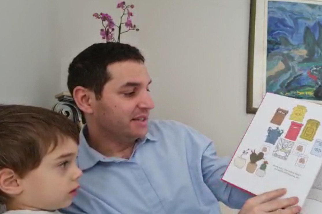 Cônsul-geral de Israel Alon Lavi lê livro Os Vizinhos para seu filho Omri