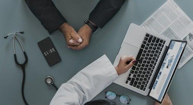Médicos são estimulados a postarem informações corretas contra fake news